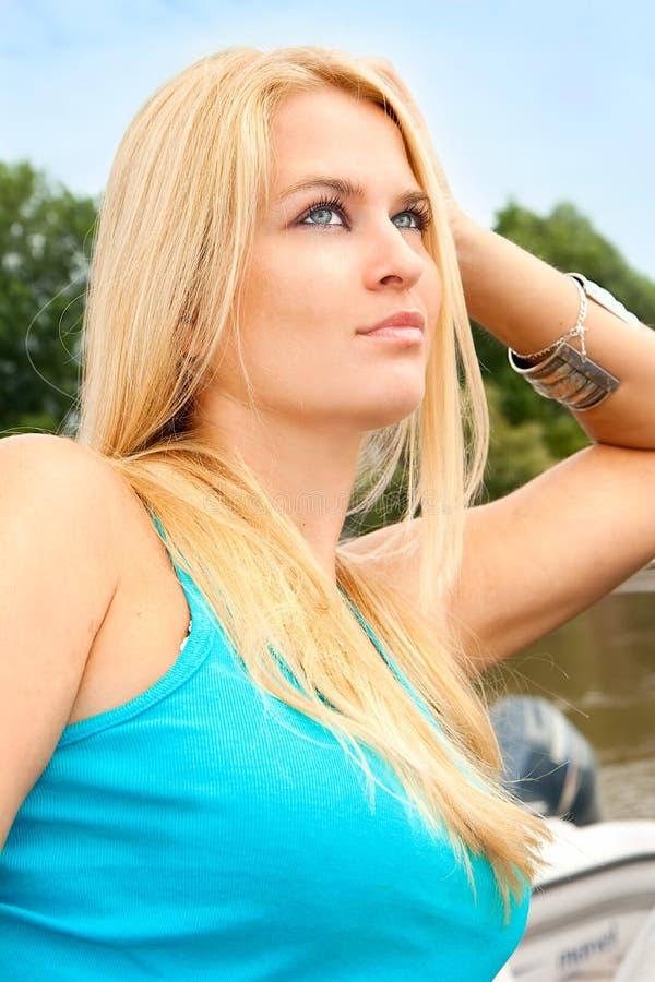 Härlig och förmögen ung blondy kvinna fotografering för bildbyråer