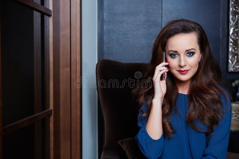 Härlig och glamourkvinna för barn, royaltyfri bild