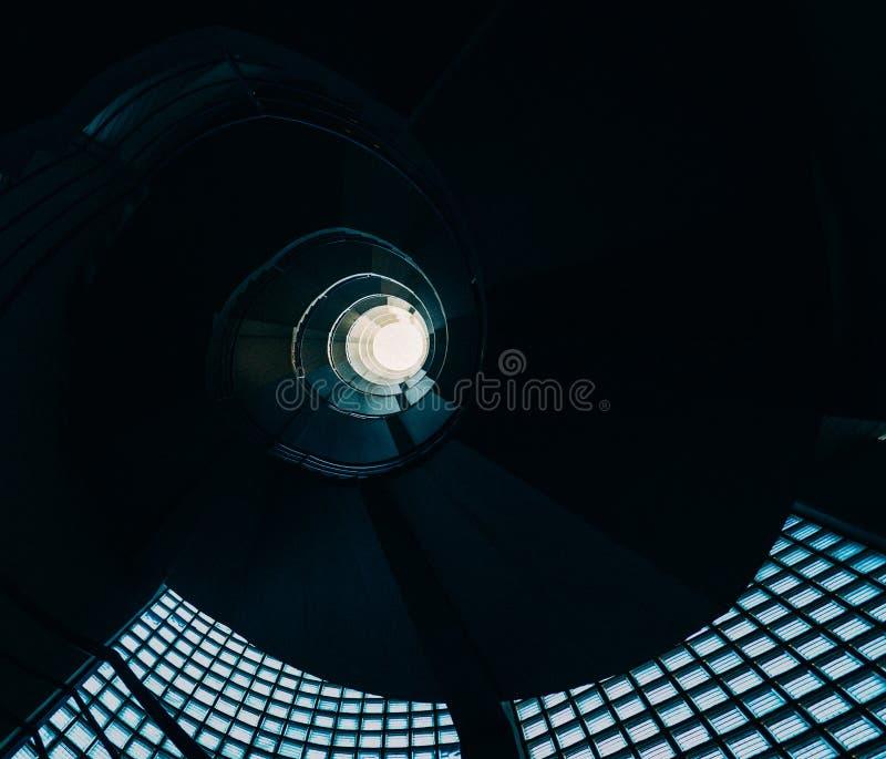 Härlig och hypnotisk spiral convoluted trappuppgång, bred vinkel royaltyfria bilder
