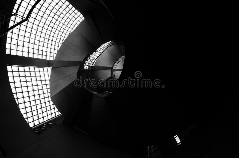 Härlig och hypnotisk spiral convoluted trappuppgång, bred vinkel arkivfoton