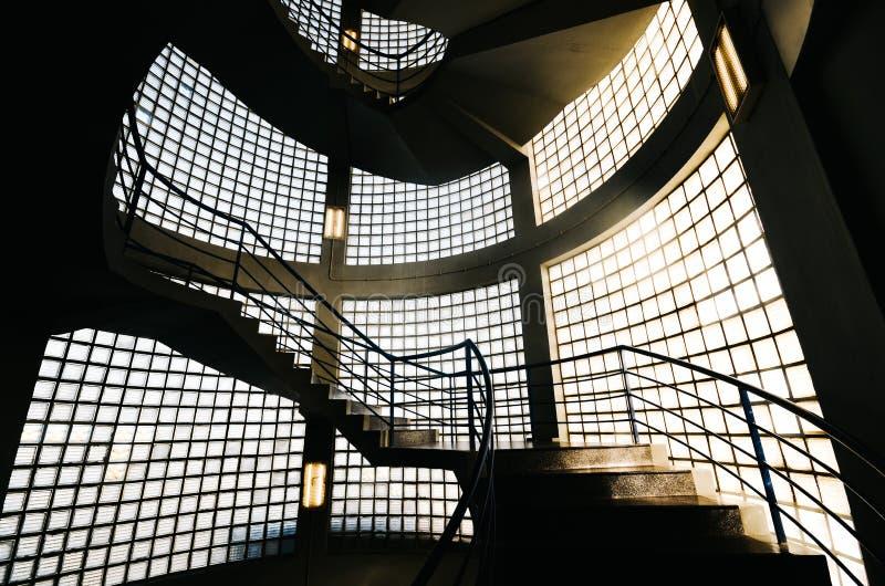 Härlig och hypnotisk spiral convoluted trappuppgång, bred vinkel arkivbilder