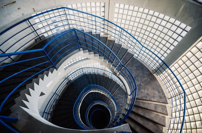 Härlig och hypnotisk spiral convoluted trappuppgång, bred vinkel royaltyfria foton