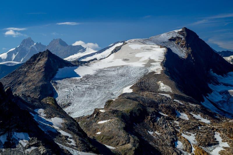 Härlig och klar sikt av de alpina maxima av Hocheiser och GrossGlockner fotografering för bildbyråer