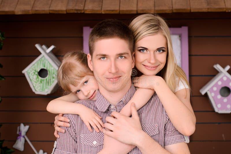 härlig och lycklig le familj royaltyfria foton