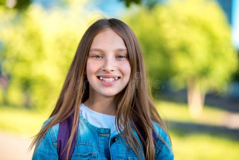 Härlig och lycklig liten tonårs- flicka Sommar i natur Känslomässigt le att skratta lyckligt Sinnesrörelse av lyckligt liv royaltyfria bilder