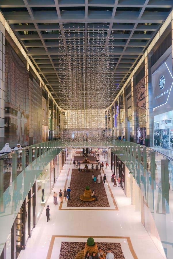 Härlig och lyxig inre av en viktig shoppinggalleria royaltyfri fotografi