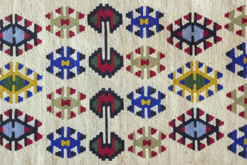 Härlig och mång- färgad Pirot kilim arkivbild