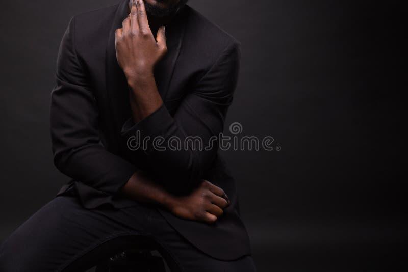 Härlig och muskulös svart man i mörk bakgrund arkivbilder