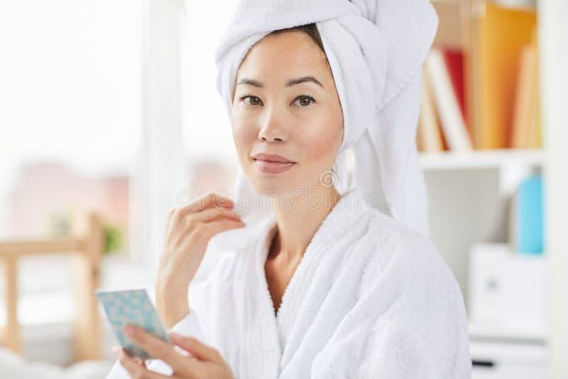 Härlig och ny asiatisk kvinna royaltyfria bilder