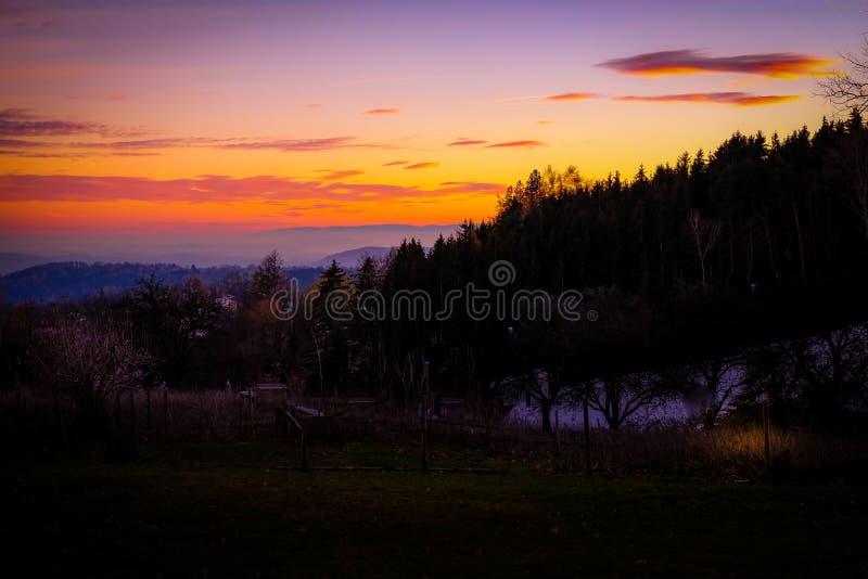 Härlig och romantisk solnedgång i det drömlika landskapet av Styria arkivfoton