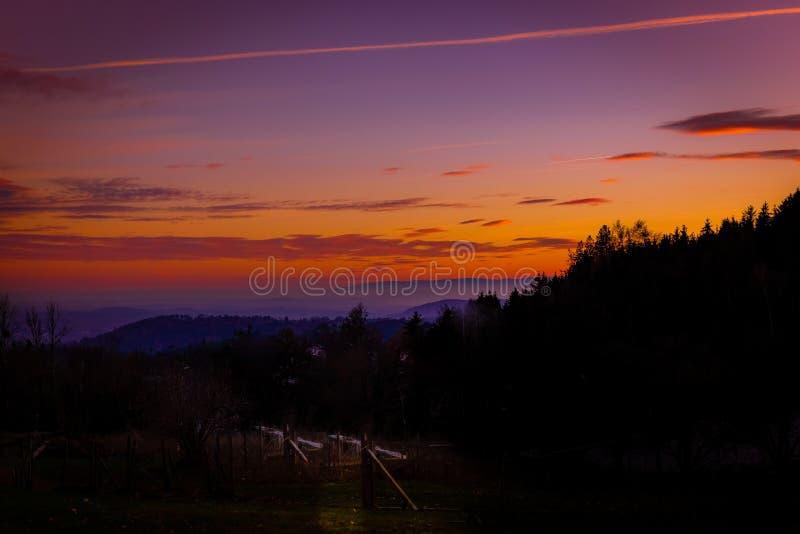 Härlig och romantisk solnedgång i det drömlika landskapet av Styria arkivfoto
