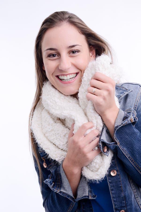 Härlig och sexig modell för ung kvinna som poserar med vinterdräkten i en studio på vit bakgrund arkivfoto