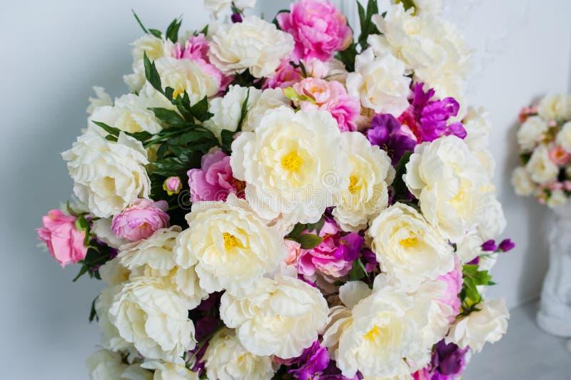 Härlig och stor bukett av blommor på väggbakgrunden arkivfoto