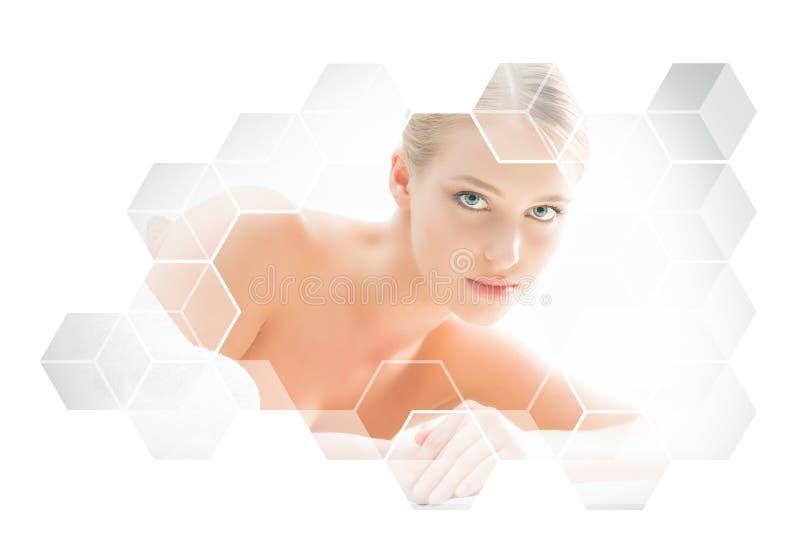 Härlig och sund blond kvinna som får massagebehandling i brunnsortsalong arkivbilder