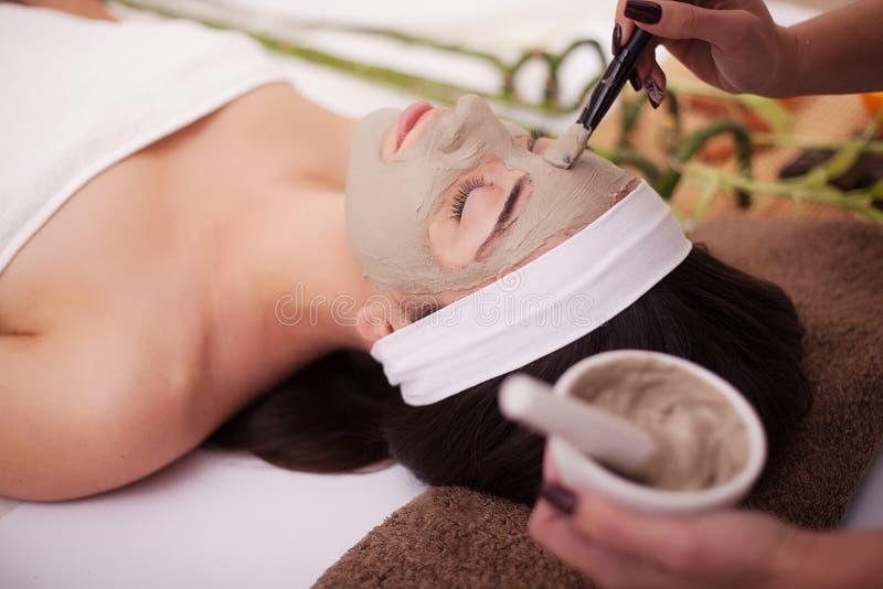Härlig och sund kvinna för barn, i brunnsortsalong Traditionella orientaliska massageterapi- och skönhetbehandlingar arkivfoto