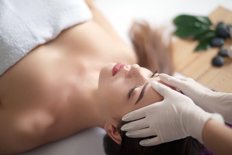 Härlig och sund kvinna för barn, i brunnsortsalong Traditionella orientaliska massageterapi- och skönhetbehandlingar royaltyfria foton