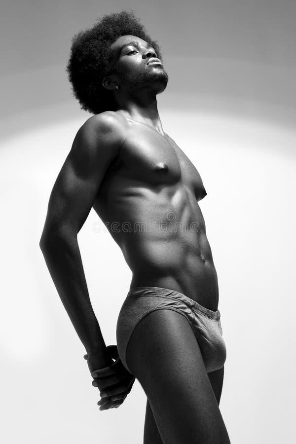 Härlig och vård- idrotts- caucasian muskulös ung man tätt foto för black upp white royaltyfri foto