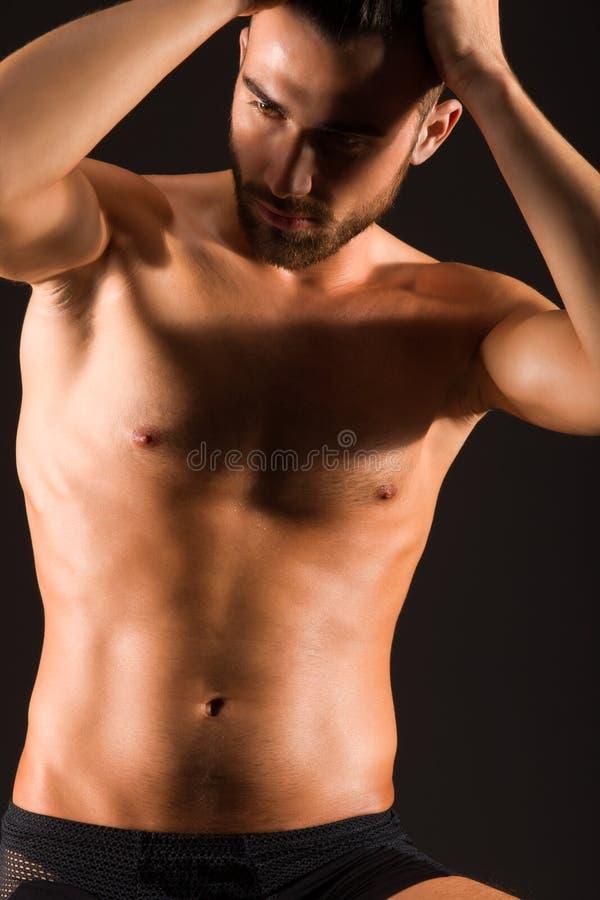 Härlig och vård- idrotts- muskulös ung man royaltyfria foton