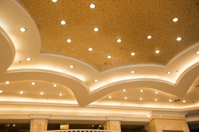 härlig offentlig takkorridor royaltyfri foto