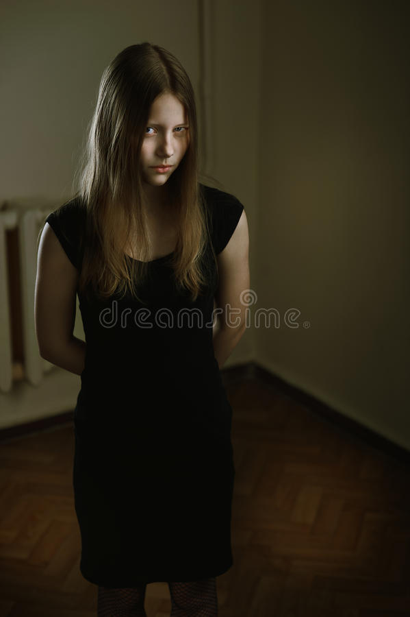 Härlig ond tonårig flicka arkivfoton