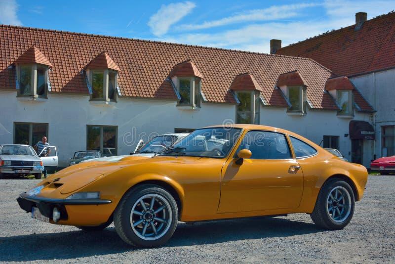 Härlig orange gammal tidmätare, legendarisk porche på en bilshow i oudenburg, Belgien arkivfoton