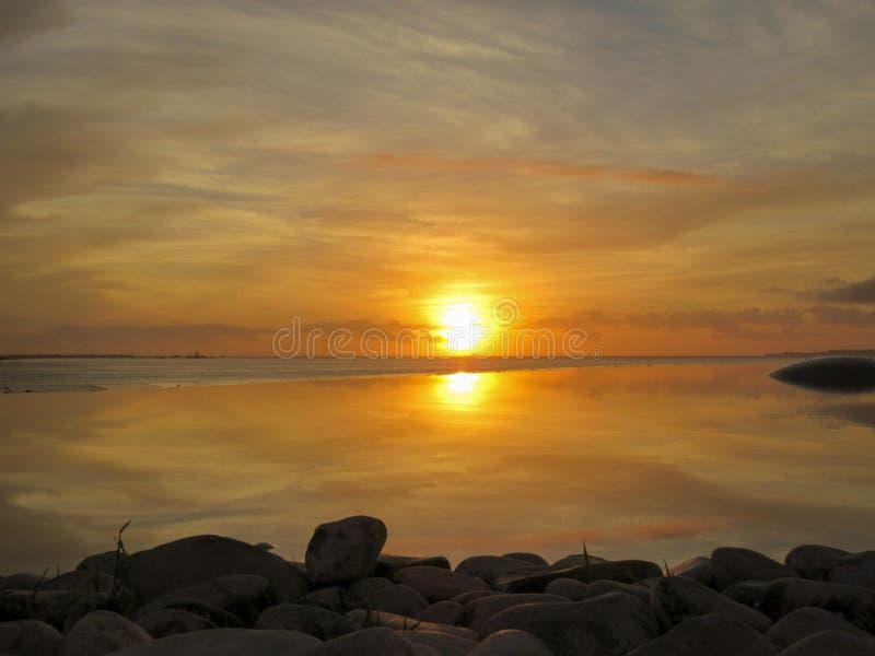 Härlig orange och gul solnedgång royaltyfri bild