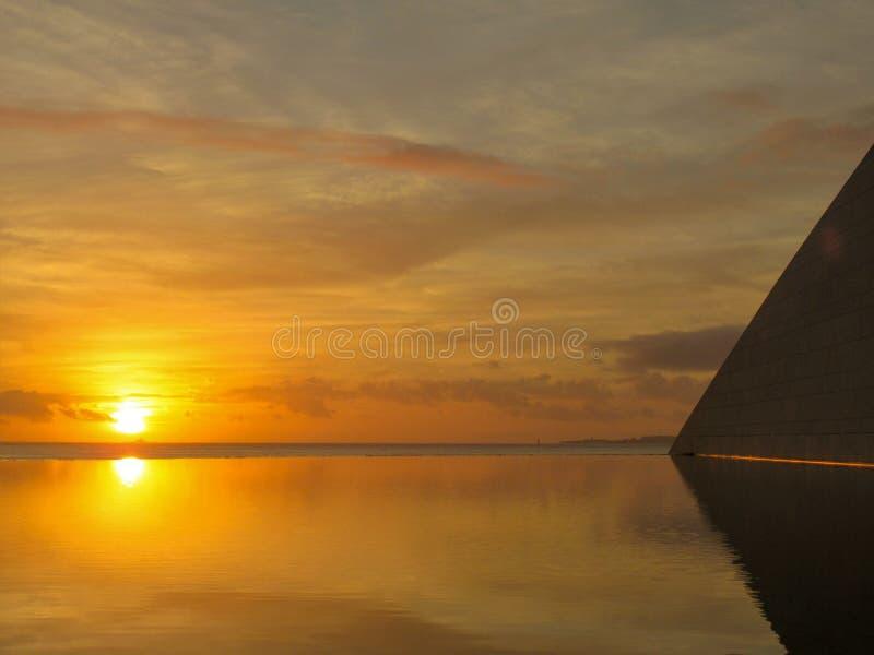 Härlig orange och gul solnedgång royaltyfri foto
