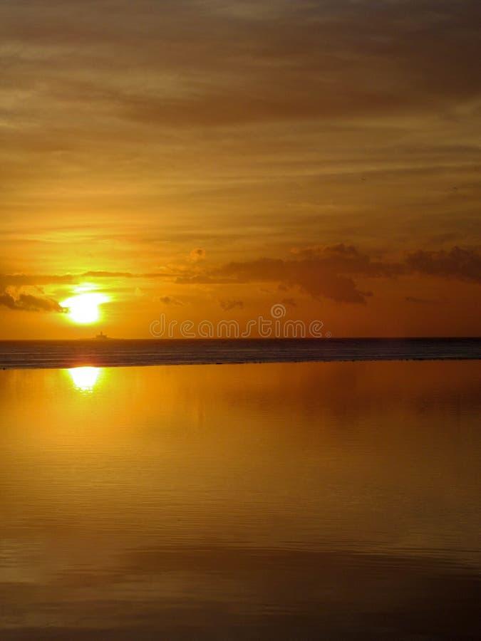 Härlig orange och gul solnedgång fotografering för bildbyråer