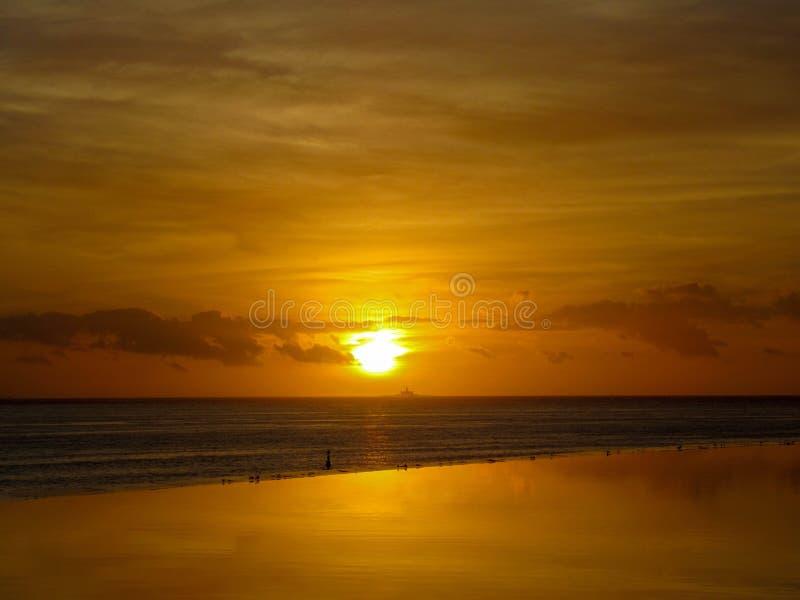 Härlig orange och gul solnedgång arkivbild