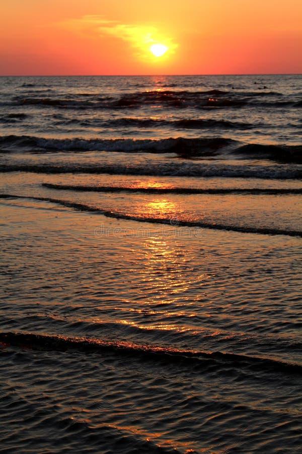 Härlig orange solnedgång med solbanan arkivfoton