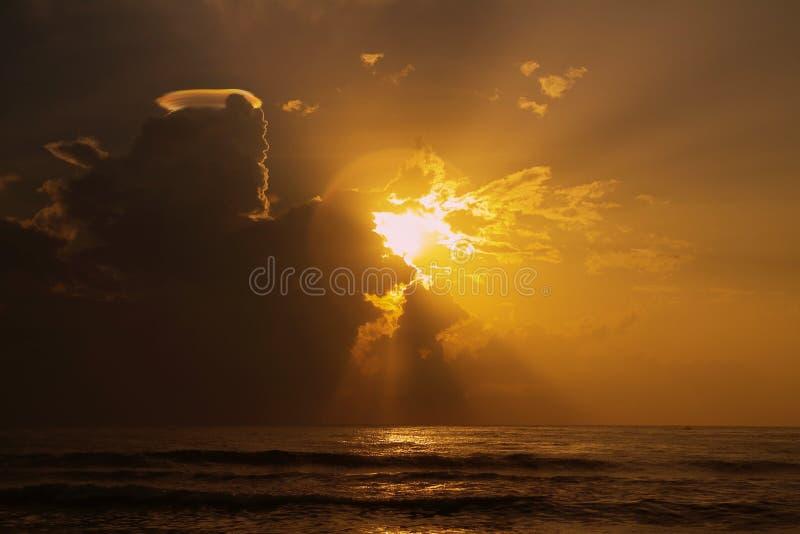 Härlig orange soluppgång med vågor royaltyfri bild