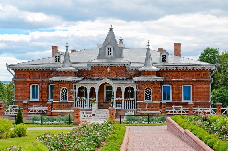 Härlig ortodox kyrka mot den blåa himlen royaltyfri fotografi