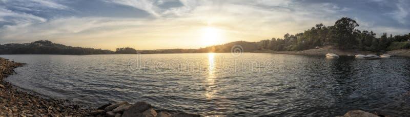 Härlig panorama av floden Zezere i Portugal fartyg royaltyfri fotografi