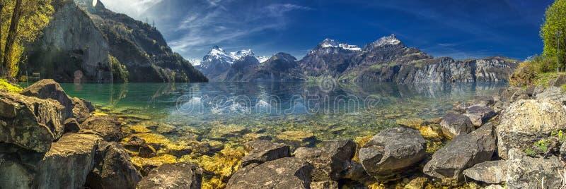 Härlig panorama av sjön Lucerne och schweiziska fjällängar från Sisikon, Schweiz arkivfoto