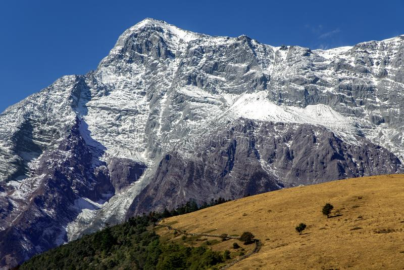 Härlig panorama av snowcapped Jade Dragon Snow Mountain royaltyfri fotografi