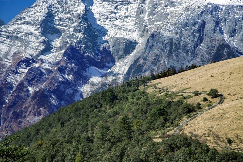 Härlig panorama av snowcapped Jade Dragon Snow Mountain royaltyfria foton