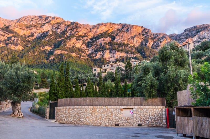 Härlig panorama av staden Deia på Mallorca, Spanien royaltyfri bild