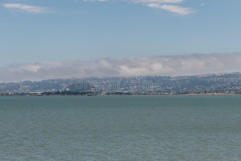 Härlig panorama- San Francisco Bay utsikt i sommaren arkivbilder