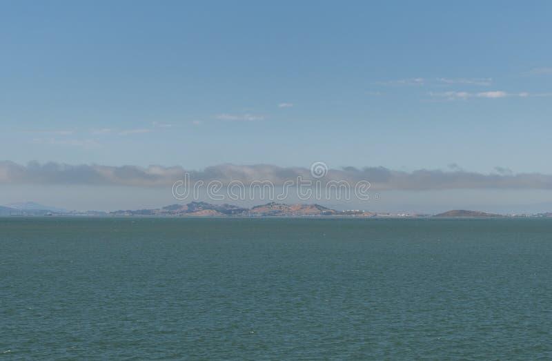 Härlig panorama- San Francisco Bay utsikt i sommaren arkivbild
