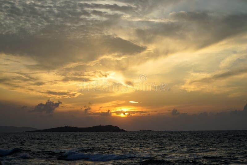 Härlig panorama- solnedgångcopyspaceseaview med härliga skuggor av den mjuka breda apelsinen och blått färgar himmel och gör samm royaltyfri foto