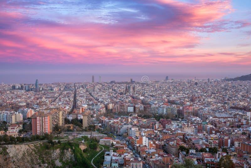Härlig panoramasikt av Barcelona stadshorisont och den Sagrada familiaen på solnedgångtid arkivfoton