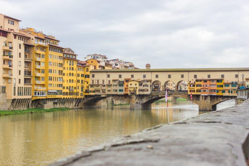 Härlig panoramautsikt av Arno River och staden av renässans Firenze Florence i Italien arkivbilder