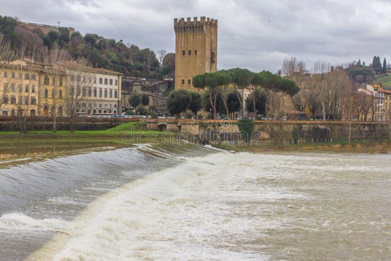 Härlig panoramautsikt av Arno River och staden av renässans Firenze Florence i Italien arkivfoton