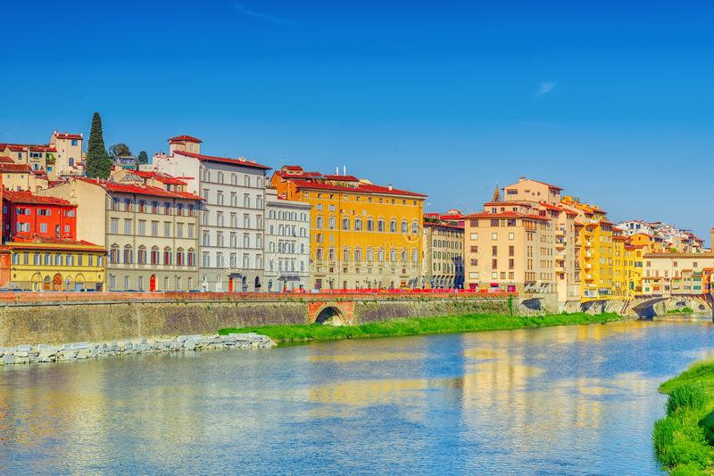 Härlig panoramautsikt av Arno River och staden av Renai arkivfoton