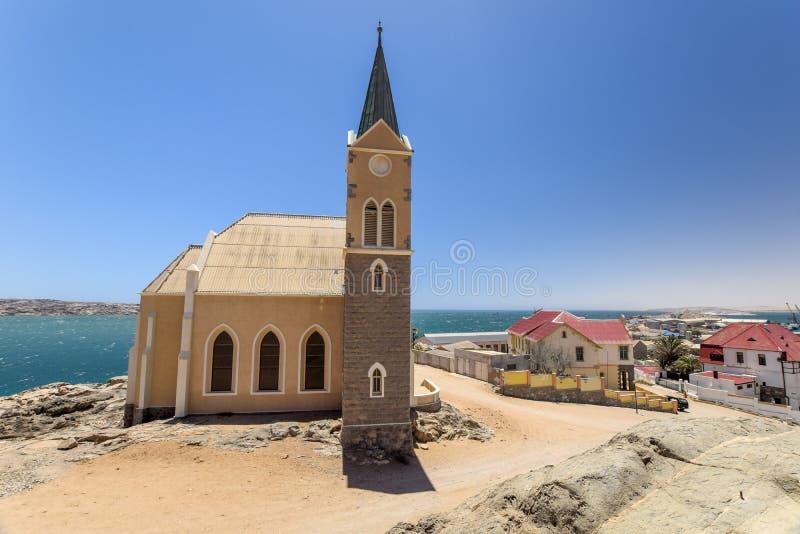 Härlig panoramautsikt av den tyska koloniinvånarekyrkan Felsenkirche för protestant i LÃ-¼deritz/Luderitz i Namibia, Afrika royaltyfria foton