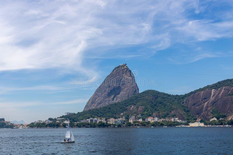 Härlig panoramautsikt av det Sugar Loaf berget i Rio de Janeiro, Brasilien, på en härlig och avslappnande solig dag med blå himme royaltyfria bilder