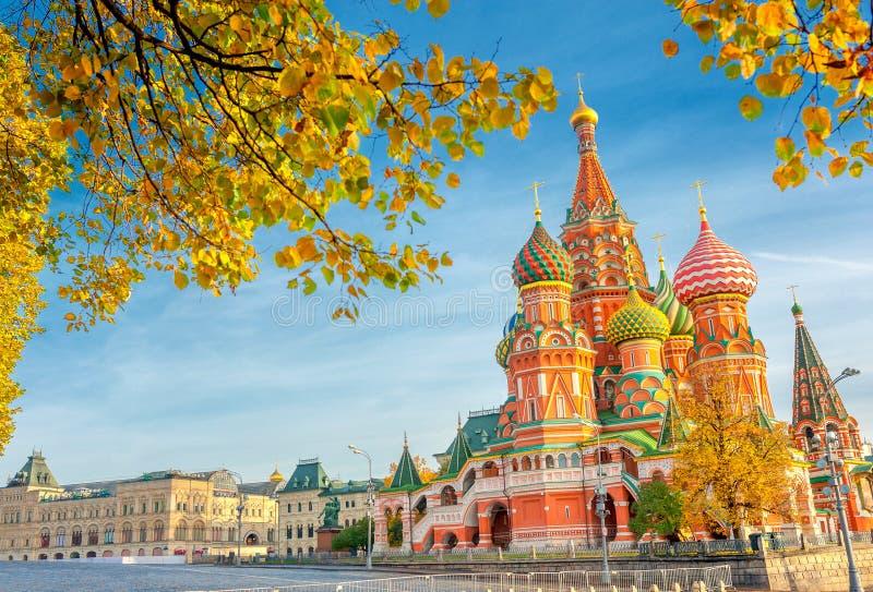 Härlig panoramautsikt av St-basilikas domkyrka på den röda fyrkanten i Moskva på en solig höstdag fotografering för bildbyråer
