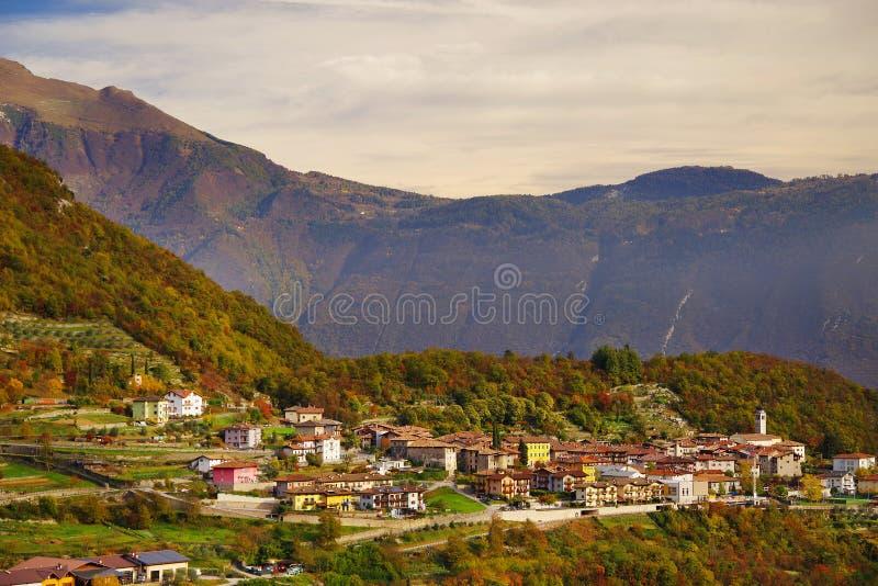 Härlig panoramautsikt av Torbole sul Garda, nordliga Italien arkivbild