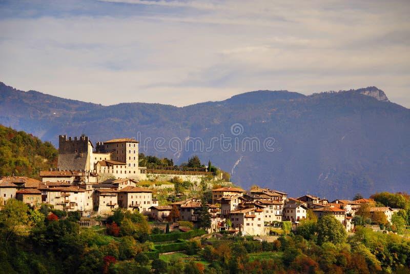Härlig panoramautsikt av Torbole sul Garda, nordliga Italien arkivfoto