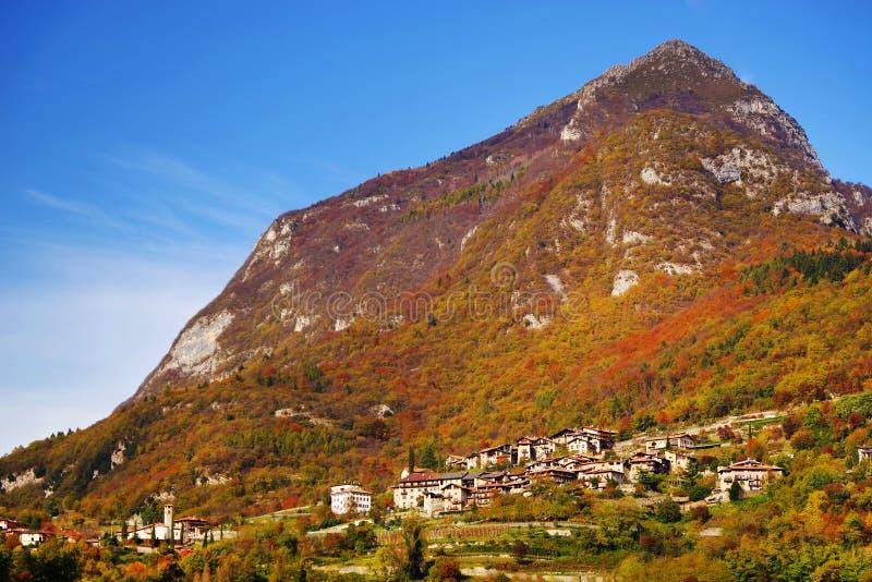 Härlig panoramautsikt av Torbole sul Garda, nordliga Italien royaltyfria foton